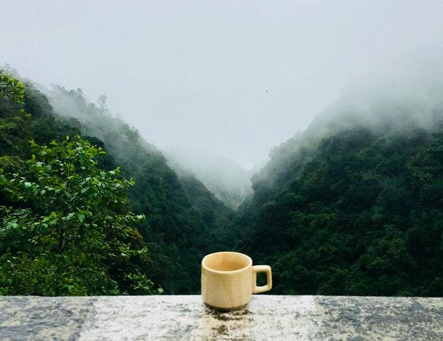 kubek herbaty na tle gór